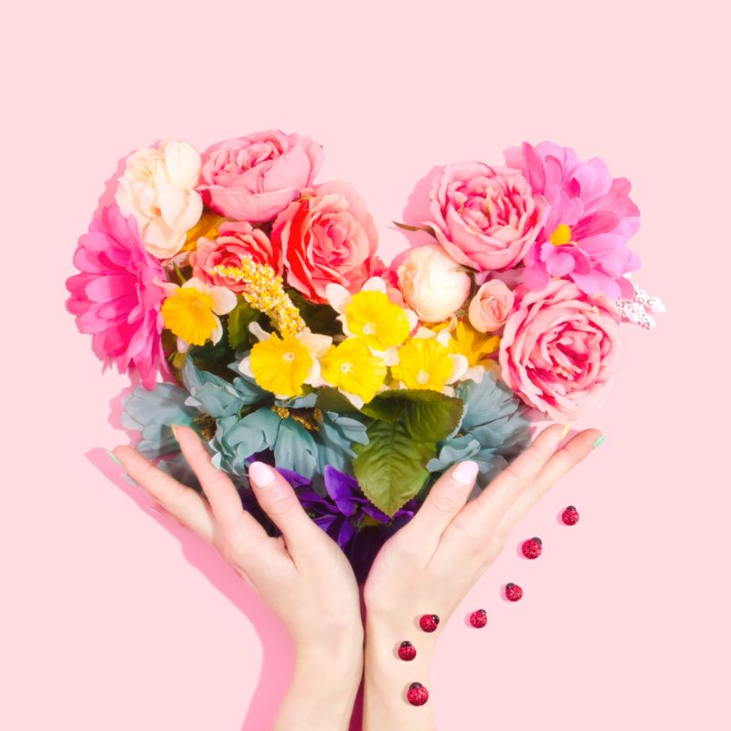 handy holding a heart made of flowers